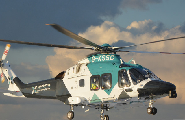 Rettungshelikopter mit Defibrillator Monitor Live Datenübertragung von Philips RDT Tempus ALS